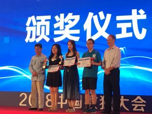 左から、大会主催者の北京数独運動協会の沙万泉会長、Chenさん、Daiさん、Tianさんで、一番右は世界パズル連盟会長のWill Shortz氏。